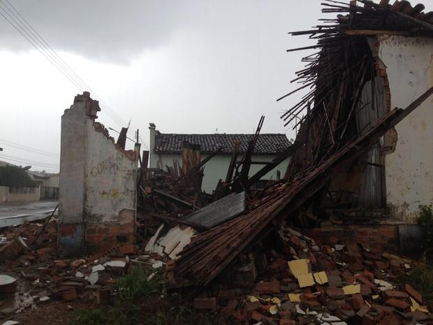 O Corpo de Bombeiros informou que existe o risco de novos desabamentos e isolou a área. (Foto: Júnior Freitas)