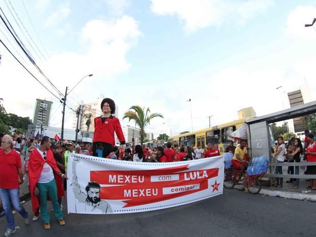 Protesto no Recife tem boneca gigante da presidente Dilma Rousseff (Foto: Aldo Carneiro/Pernambuco Press)