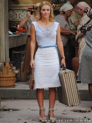 Iolanda não consegue ficar longe do amado e aparece de malas prontas para ir junto (Foto: Joia Rara/ TV Globo)