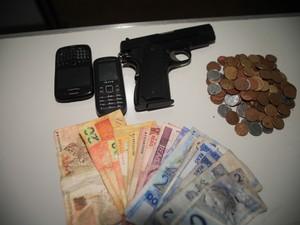 Homens roubaram R$ 229 de uma papelaria em São Carlos (Foto: Moacir Junior/ folharegiao.com.br)