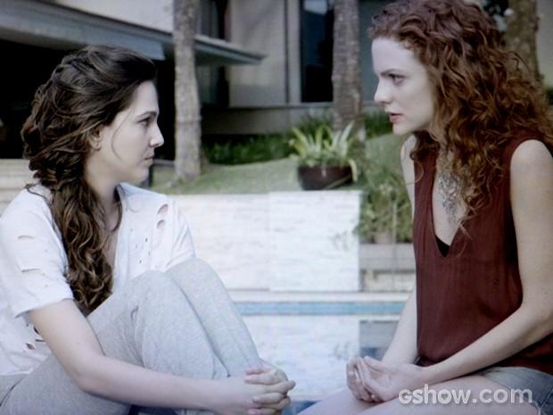 Marina conta para Vanessa que vai recusar exposição internacional e deixa a assistente sem acreditar (Foto: Em Família / TV Globo)