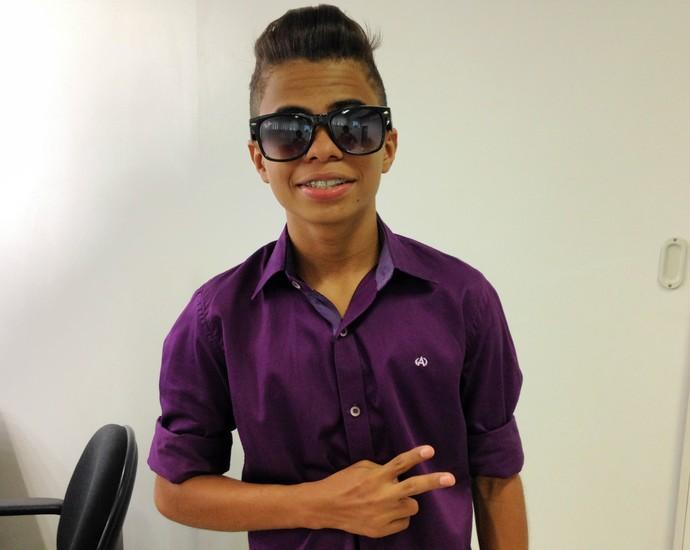 """Cairo Henrique dá dica completa de cabelo e roupa para ficar no """"style"""" (Foto: Luana Daubian)"""
