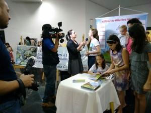 Livro de Millene é lançado em Cacoal (Foto: Luis Cesar Moreira/arquivo pessoal)