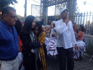 A esposa e a filha de Naná Vasconcelos com o mestre Chacon Viana (de branco) (Foto: Malu Veiga / G1)