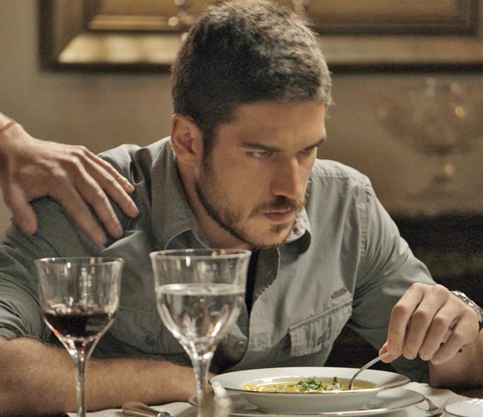 Dante não consegue esconder sua revolta contra Romero (Foto: TV Globo)