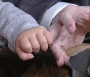 QUE FOFURA! Otto, filho de Sophie Charlotte, segurou a mão de Jô no palco do programa (Foto: TV Globo)