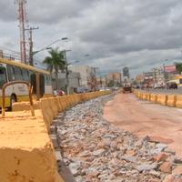 Trânsito piora com blocos de concreto de obra parada do VLT (Reprodução/ TVCA)