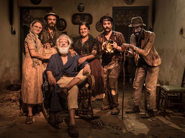 A partir da esquerda: Marcélia Cartaxo, Flávio Rocha, Luci Pereira, Marcelo Serrado, Flávio Bauraqui e Ney Latorraca (sentado) em cena de 'Alexandre e outros heróis' (Foto: Globo/João Miguel Pinheiro)