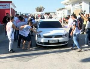 Torcedores do Fluminense cercam carro do lateral Bruno (Foto: Reprodução SporTV)
