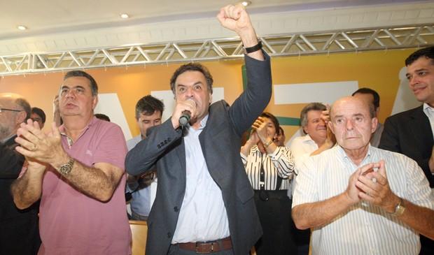 Aécio Neves discursa entre os presidentes estaduais do PMDB, Jorge Picciani (à esq.), e do PP, Francisco Dornelles (à dir.) (Foto: Marcos Arcoverde/Estadão Conteúdo)