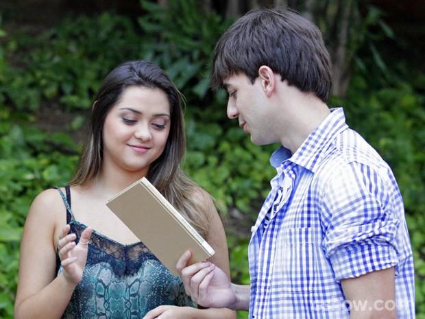 Bárbara e Lucas se aproximam cada vez mais (Foto: Pedro Curi/ TV Globo)