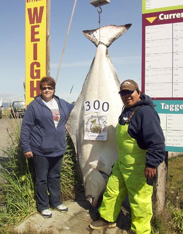 Carol Allis exibe peixe de 136 quilos. (Foto: Reprodução)