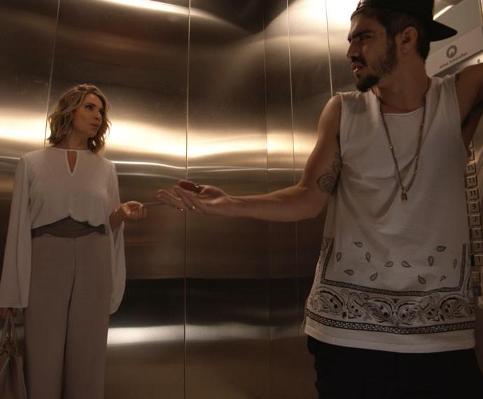 Pensa no climão! Soraya e Grego ficam presos no elevador. (Foto: TV Globo)