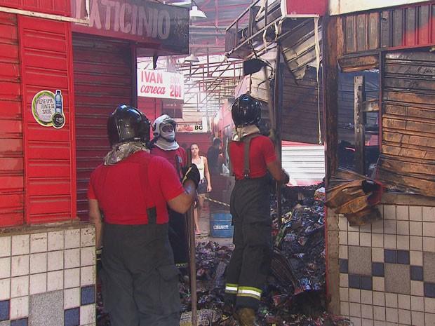 Chamas destruíram completamente dois boxes do Mercado de Afogados. (Foto: Reprodução / TV Globo)