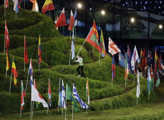 As bandeiras dos mais de 200 países participantes da Olimpíada estão hasteadas no centro do estádio (Foto: AP)