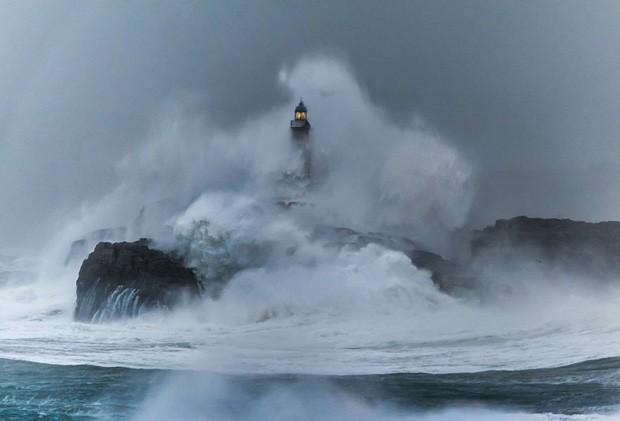 28 faróis que resistem ao mar bravo (Foto: reprodução)
