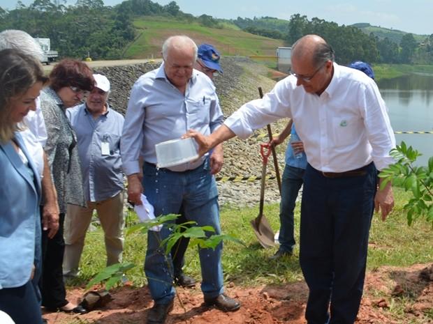 Governador rega muda de Ipê roxo bola, no entorno da represa de Paraitinga, em Salesópolis (Foto: Jamile Santana/ G1)