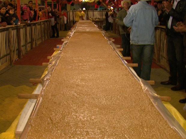 Festa do maior pé de moleque do mundo movimenta Piranguinho. (Foto: Reprodução EPTV)