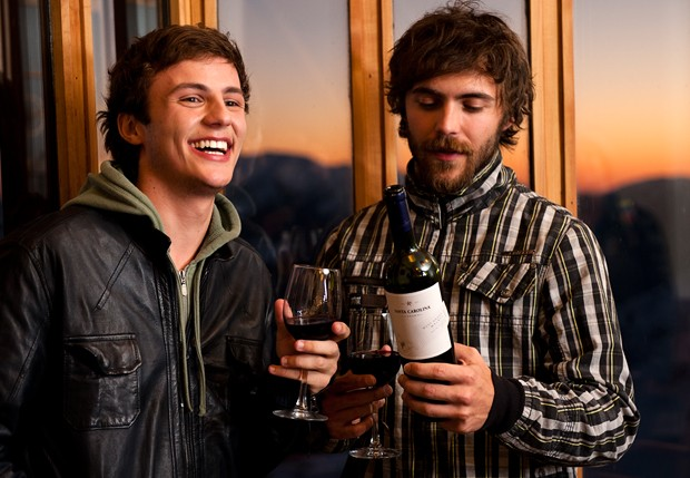 No fim do dia, na varanda do Hotel Puerta Del Sol, Miguel e Fernando brindam com o vinho Santa Carolina Specialties Collection Malbec West Andes (Foto: Leo Ramos)