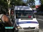 Vans autorizadas e clandestinas disputam passageiros na Lapa