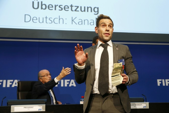 Lee Nelson protesto fifa dinheiro Joseph Blatter (Foto: Reuters)