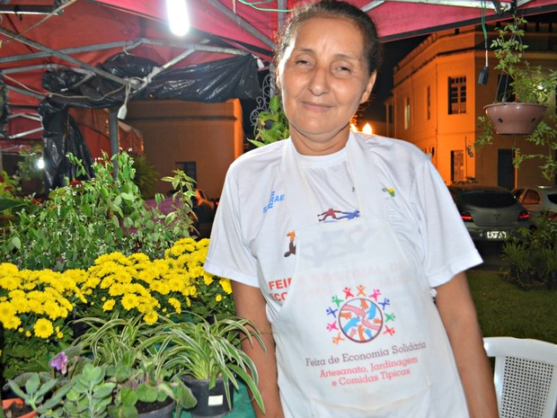 Vendedora conta que todos os anos aproveita folia para ter renda extra  (Foto: Quésia Melo/G1)