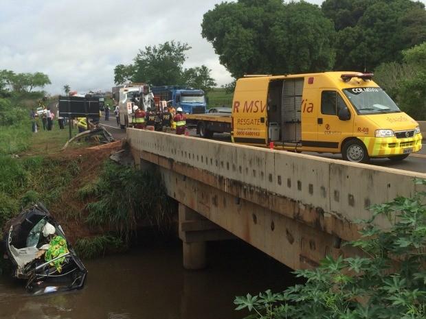 Veículo caiu de 7 m após bater no guard-rail (Foto: Alysson Maruyama/ TV Morena)