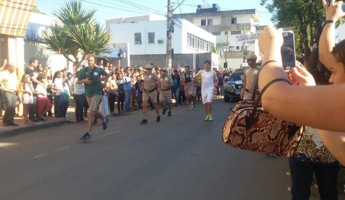 Tocha percorreu percurso de aproximadamente dois quilômetros no centro de Guanhães (Foto: Kayt Mattos/ Arquivo Pessoal)