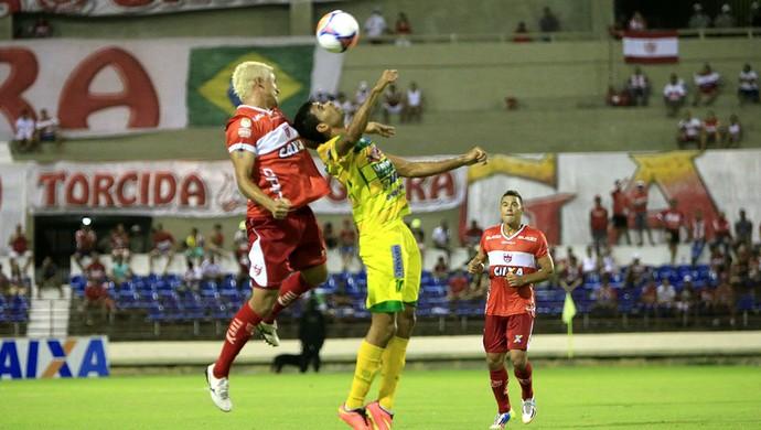 Olívio disputa a bola pelo alto com o atleta do Ipanema (Foto: Ailton Cruz / Gazeta de Alagoas)