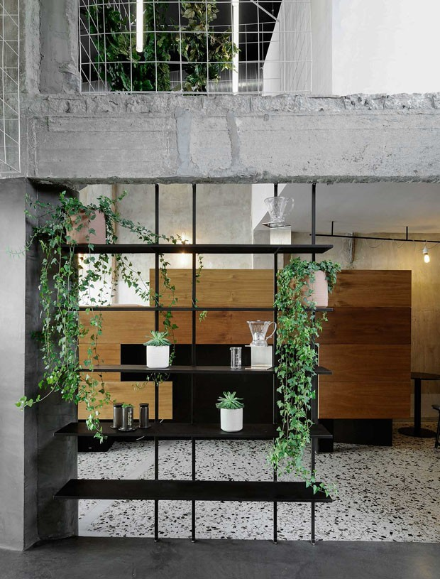 Décor do dia: sala industrial com divisória de estante (Foto: Nikos Vavdinoudis-Christos Dimitriou)