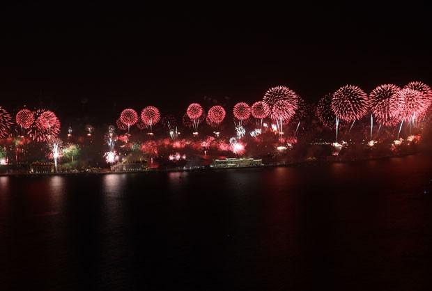 Show de fogos na ilha de Jumeirah Palm durante a passagem de ano (Foto: Kamran Jebreili/AP)