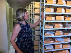 Daliana Cascudo, neta do folclorista, mostra o arquivo das cartas (Foto: Caroline Holder)