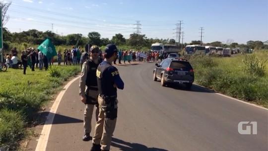 Trabalhadores fecham rodovias em MS contra Previdência e terceirização