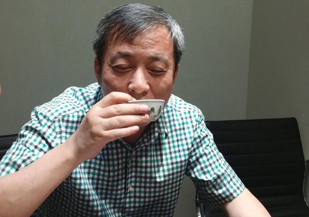 Liu Yiqian, com tigela da dinastia Ming (Foto: Sotheby's)
