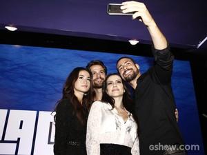 Elenco faz selfie durante coletiva (Foto: Inácio Moraes/TV Globo)