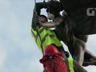 Greenpeace põe máscara em estátua para criticar poluição em Londres