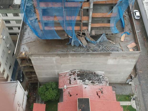Concreto caiu sobre  casas e carros. (Foto: Rafael Marques/Divulgação)