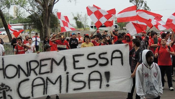 Torcida Inter protesto Beira-Rio (Foto: Tomás Hammes / GloboEsporte.com)