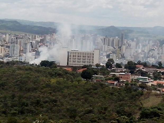 Bombeiros controlam incêndio em  lote ao lado do HSJD (Foto: Luciano José Lemos/Arquivo Pessoal)