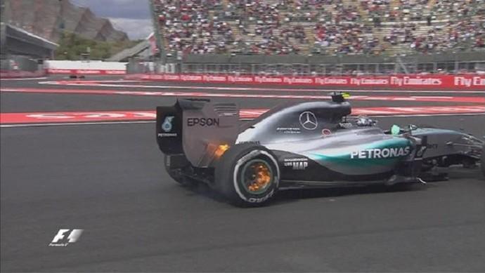 Labaredas de fogo saem das rodas traseiras da Mercedes de Nico Rosberg no 1º treino livre para o GP do México (Foto: Divulgação)