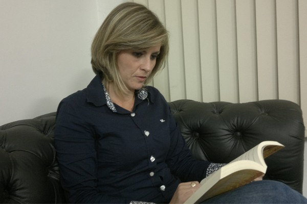 Nas horas vagas, Kênia Pinheiro gosta de ler um bom livro (Foto: Foto: Arquivo Pessoal Kênia Pinheiro)