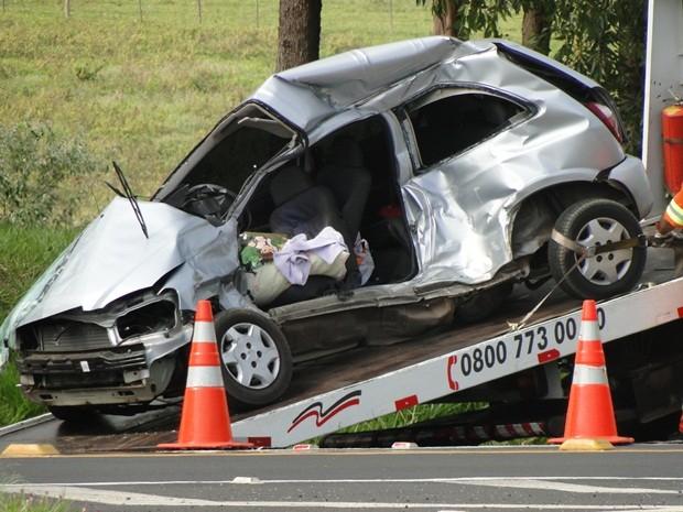 Veículo ficou destruído na manhã desta segunda-feira (18) (Foto: Evandro Redondo)