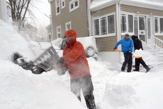 No Estado americano do Massachusetts, neve chegou a 60 cm de altura (Foto: DARREN MCCOLLESTER /AFP)