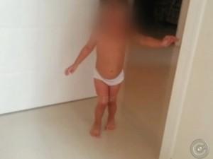 Agressor obrigada menina a andar com pernas presas por fita (Foto: Reprodução/ TV TEM)