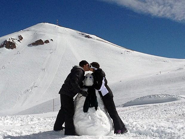Os dois trocam beijo com boneco de neve! (Foto: Guto Wong / TV Globo)