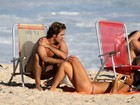 Fotos! Bruno Mazzeo e a namorada na trocam beijos em praia do Rio