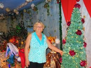 Helia Carrara monta enfeites natalinos há 28 anos em São Pedro (Foto: Fernanda Zanetti/G1)