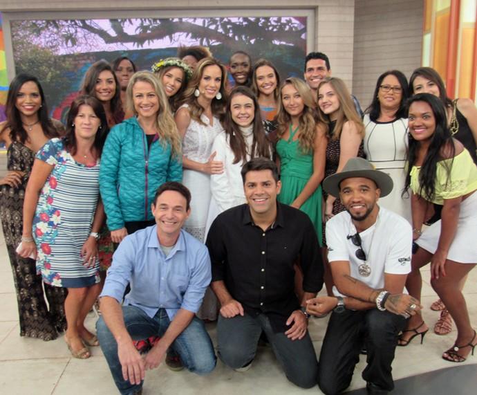 Convidados do Encontro posam com Ana Furtado e Lair Rennó (Foto: Priscilla Massena/Gshow)