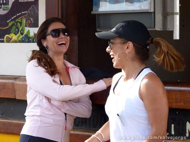 Giovanna Antonelli e Cissa Guimarães se divertem em gravação na praia (Foto: Salve Jorge/Tv Globo)