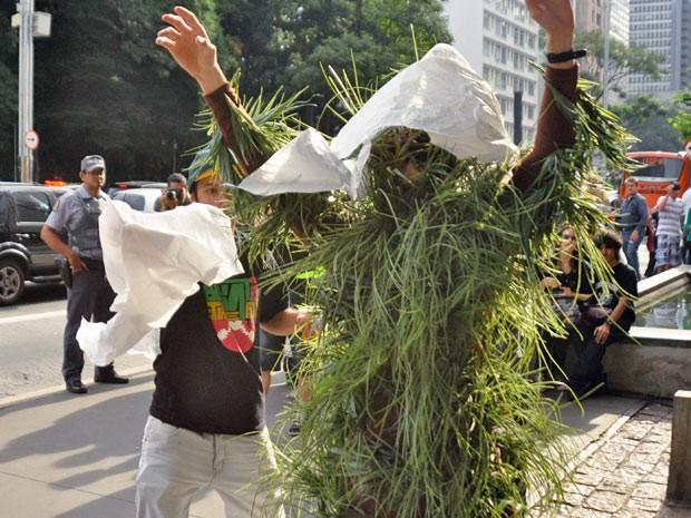 Manifestante se fantasia de maconha durante concentração para a marcha que pede a liberação da droga  (Foto: Cristiano Novais/CPN/AE)